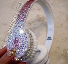 :) Swarovski Crystal design on any types of BEATS by Dre! Turn heads wherever you go, sparkling in fab ICY Couture Beats bedazzled in Swarovski cr… Cute Headphones, Beats Headphones, Crown Headphones, Bling Bling, Cheap Beats, Glitter Make Up, Accessoires Iphone, Beats By Dre, Swagg