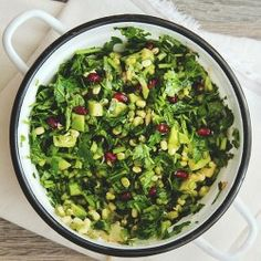 Detox salad with parsley and pomegranate - Salata detoxifianta cu patrunjel, germeni de fasole Mung, avocado si rodie - Yummy Vegetable Recipes, Healthy Salad Recipes, Raw Food Recipes, Vegetarian Recipes, Cooking Recipes, Fresco, Clean Eating, Healthy Eating, Detox Salad