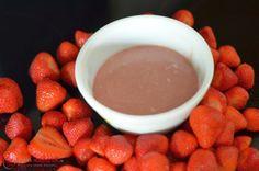 Erdbeeren und weiße Schokolade passen einfach zusammen wie ein glückliches Liebespaar. Die Cremige Ganache eignet sich auch sehr gut als Füllung in einer Erdbeertorte.