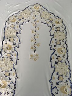 beyaz iş Cutwork Embroidery, Embroidery Designs, Cut Work, Arte Popular, Tablecloths, Cards, Arabesque, Painting On Fabric, Altar Decorations