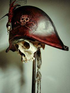 Sangre rojo cuero sombrero de Bicornio pirata con calavera y huesos