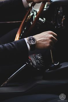 Take A Look At The Clothing Styles Of People With Impressive Wealth! Take A Look At The Clothing Styles Of People With Impressive Wealth! Gentlemans Club, Daddy Aesthetic, Black Leather Watch, Elegant Man, Photography Poses For Men, Classy Men, The Villain, Gentleman Style, Stylish Men