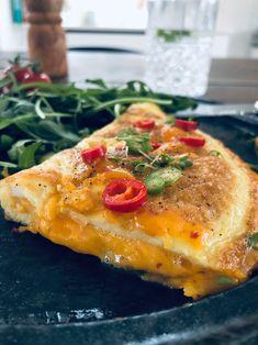 Omelet med ost og chili. Lækker KETO morgenmad: omelet med Chili Gouda. Mexican Food Recipes, Diet Recipes, Cake Recipes, Healthy Recipes, Lchf, Keto, Omelet, Vegetable Pizza, Chili