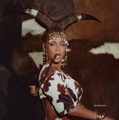 """Beyoncé on Instagram: """"O álbum visual #BlackIsKing da Beyoncé chegará em 5 dias na plataforma de streaming Disney+, ansiosos?"""" My Black Is Beautiful, Pretty Black, Queen B, Black Queen, Beyonce World Tour, Beyonce Family, Divas, Beyonce Style, Beyonce Knowles"""