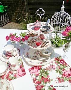 #High #tea #servies in de kleur roze en pink. www.rosalilly.nl
