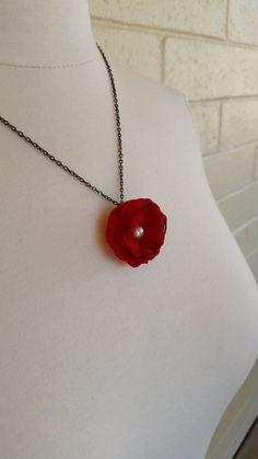 He encontrado este interesante anuncio de Etsy en https://www.etsy.com/es/listing/193771141/fabric-flower-necklace-red-with-real