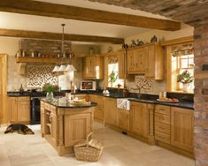 Has a lovely atmosphere Oak Kitchen. If I'm going to have an oak kitchen and I don't want to re-do the whole thing, keeping this style in mind. Kitchens And Bedrooms, Small Bedrooms, Home Kitchens, Country Kitchens, Kitchen Interior, New Kitchen, Kitchen Decor, Kitchen Ideas, Kitchen Paint