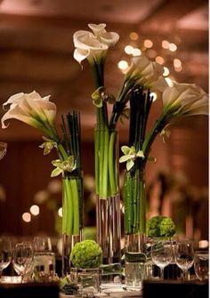 Elegante mix de callas, orquideas e bambu. Veja mais inspirações para sua decoração floral no www.motherofthebride.com.br
