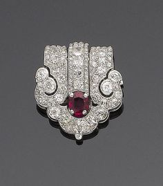 An art deco ruby and diamond clip brooch by Cartier circa 1925 The cushion-sh Bijoux Art Nouveau, Art Nouveau Jewelry, Jewelry Art, Antique Jewelry, Vintage Jewelry, Fine Jewelry, Jewelry Design, Geek Jewelry, Vintage Hats