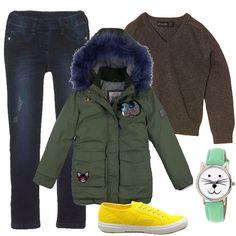 L'outfit è composto da un orologio, un paio di sneakers basse gialle, un maglione grigio in cotone, una giacca con cappuccio e da un paio di jeans blu.
