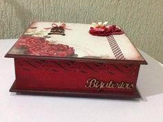 Caixa específica para bijuterias decoração em papel Scrap.