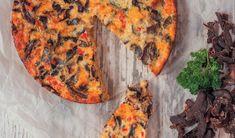 Maak 'n heerlike biltongsouttert met skyfies as 'n kors en biltong as vulsel Biltong, Savory Tart, Savoury Dishes, Kos, Vegetable Pizza, Quiche, Side Dishes, Favorite Recipes, Baking