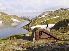 Osvald Bjelland aus Norwegen hat sich einen Traum erfüllt: Eine kleine Holzhütte direkt in den norwegischen Bergen - aber was für eine! Entworfen vom Architekturbüro Snøhetta, das z. B. auch das Opernhaus in Oslo entworfen hat. Wunderschön :)