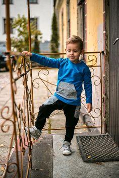"""Cienka bluza z kieszonką """"kangurką""""na dziecięce skarby w autorski nadruk w małpki.  Koszulka z dłuższym tyłem.  Na karku logo Miapka Design.  Najwyższej jakości polska dzianina. Miapka Design to rewolucja w świecie kurteczek dla Maluszków. Marka stworzona z myślą o najmłodszych, których wygoda jest dla mam bardzo ważna.    bluza, chłopiec,blouse, hoodie, , boy, baby boy"""