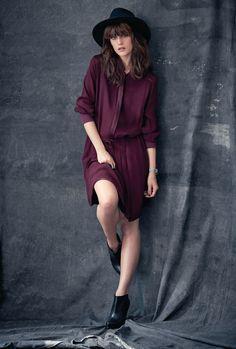 Ah oui, très élégant! Langärmeliges Kleid mit Band zur Taillenregulierung in Hüfthöhe. Gerade geschnitten, Quetschfalten im unteren Drittel auf der Vorderseite, Elastik-Rippenbündchen am Ärmelabschluss. Glänzende Einsätze auf den Schultern, am Ausschnitt, seitlich am Rock und an der verdeckten Knopfleiste. Seitliche Einschubtaschen, Rundhalsausschnitt. Fixiertes Unterkleid. #impressionen #trendfarben2015 #fashion #black #red #trends #herbst #impressionenversand