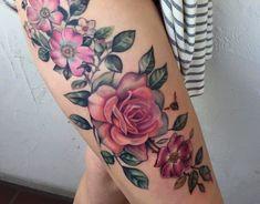 tattoo ideen frauen, große realistische tätowierung mit blumen-motiv, rosa blumen am oberschenkel