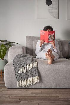 Este sofá te lo pone fácil para que puedas disfrutarlo en cualquier salón, ya que está disponible en dos versiones; con el chaise longue en el lado izquierdo o en el lado derecho. Está tapizado con un tejido que contiene poliéster, más resistente y fácil de limpiar si se mancha. También puedes optar a un tejido con el gris más oscuro. Up to you! #sofá #confort #design #salón Denpasar, Home Bedroom, Bedroom Decor, Better Together, Decoration, Bean Bag Chair, Couch, Throw Pillows, Interior Design