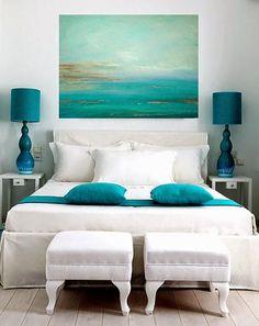 30 inspirations déco pour la #chambre : ♡ On aime : Le bleu de la toile qui se reflète dans les lampes de chevet et sur le couvre lit + La simplicité blanc / bleu ✐ On retient :  Les petits poufs, moins encombrant qu'un bout de lit traditionnel | http://blog.mydecolab.com @mydecolab