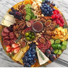 Party Food Platters, Party Trays, Snacks Für Party, Cheese Platters, Plateau Charcuterie, Charcuterie Platter, Charcuterie And Cheese Board, Cheese Boards, Antipasto Platter