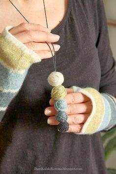 Ihan Kaikki Kotona: Neulojan Kaulakoru. Perfect necklace for knitters, crocheters and other fiber artists. Best yarn scraps idea