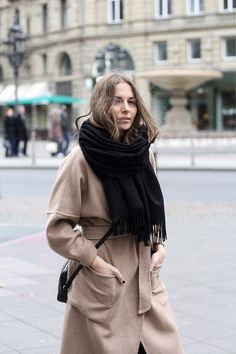 How to wear: black scarf, black leather crossbody bag, camel coat Looks Chic, Looks Style, My Style, Fashion Mode, Look Fashion, Fashion Trends, Net Fashion, Womens Fashion, Mode Outfits