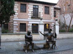 Alcalá de Henares, Spain hazte una foto entremedias de sancho y quijote, y en la que fue la casa de Miguel de Cervantes