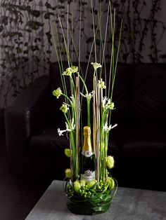 Bottle of sparkling wine brand 'Groot Geluk' with flower arrangement - Valentijn Sneek