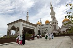 Can you identify this mosque and the country in which it is located?