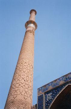 Ali Minaret, Ispahan, Iran#Située à mi-chemin entre la mer Caspienne et le golfe Persique, son nom signifie la « moitié du monde ». C'est dans cette ville bleue que toute la splendeur architecturale perse s'exprime le mieux. La grande place, construite au début du 17è sur les ordres de Shah Abbas I, le somptueux palais Ali Qâpou, de l'époque Safavide, la porte du grand bazar Qaisarieh ou la mosquée de Sheikh Lotfollah sont incontournables.#http://urlz.fr/3ghM#Wikimedia Commons#8,6,24