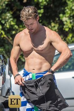 EXCLUSIVE: Shirtless Chris Hemsworth Shows Off His Abs and Surfs in Dangerous, Shark-Infested Waters - Celebrity Gossip & News - Yahoo Celebrity Canada Chris Hemsworth Thor, Chris Hemsworth Torse Nu, Hot Actors, Actors & Actresses, Hot Surfers, Hemsworth Brothers, Celebrity Workout, Celebrity Photos, Celebrity Gossip