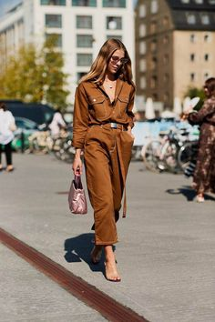 Summer Street Style Looks to Copy Now Sommer Streetstyle Mode / Fashion Week Week Street Style Outfits, Looks Street Style, Street Style Summer, Work Outfits, Autumn Street Style, Street Style Women, Cool Street Fashion, Look Fashion, New Fashion