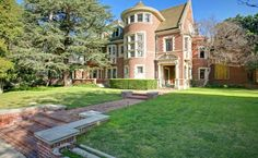 For all AHS Fans, a dream comes true – you can now spent a night in the murder house from American Horror Story' … tanks to Airbnb… check the interior too, because it's pretty scary…