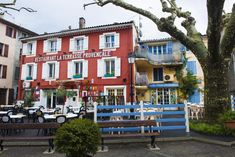 Collobrieres er den perfekte Provence-byen, med en fantastisk restaurant. Provence, Den, Restaurant, Mansions, House Styles, Home Decor, Decoration Home, Manor Houses, Room Decor