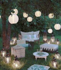 Lampions und Papierlampenschirme im Garten sorgen für gemütliches Licht an lauen Sommerabenden!