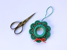 a christmas wreath – free crochet pattern @ Made with Loops