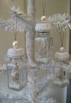 Shabby Chic Christmas Deco using Mason jars and a mix of old Jars Noel Christmas, Diy Christmas Ornaments, How To Make Ornaments, Christmas Projects, Handmade Christmas, Holiday Crafts, White Christmas, Ornaments Ideas, Christmas Ideas