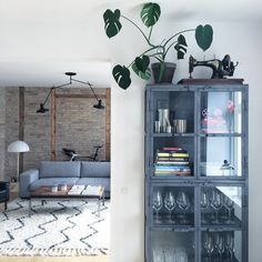 Fresh and clean! 🌿 So the apartment is cleaned and ready to receive guests. Fresh And Clean, Humble Abode, West Elm, Interior Design Inspiration, Storage Solutions, Bookcase, Sweet Home, Gallery Wall, Shelves