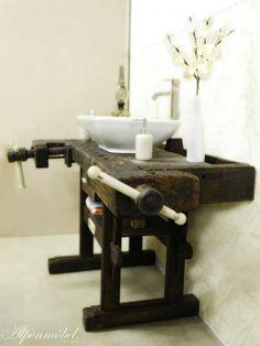 Alpenmöbel Waschtisch - Mit viel Liebe zum Detail wird eine antike Hobelbank zum traumhaften Blickfang in Ihrem Badezimmer. Es sind Doppel- und Einzelplatz- waschtische erhältlich! Traditionelle Handwerkskunst gepaart mit modernen Ausstattungselementen schafft so den Brückenschlag zu längst vergangenen Zeiten. Wie von Alpenmöbel gewohnt erhalten Sie ein absolutes Unikat - Ihr persönliches Einzelstück!