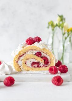 Raspberry yogurt roll cake with meringue Creative Cake Decorating, Creative Cakes, Raspberry Yoghurt, Just Desserts, Dessert Recipes, Vegetable Snacks, Cheesecake, Pink Birthday Cakes, Just Eat It