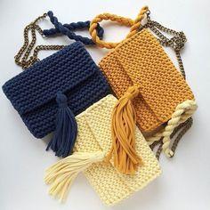 Bolsos tejidos a trapillo pequeños con cadena y botón magnético con lindos accesorios. by @katerinka_kasyanova #handmade #diy #cosy #knit #knitting #trapillo #tshirtyarn #crochet #stitch #knittersofinstagram #yarn #crocheting #instacrochet #tejer #ganchillo #yarnaddict #handcraft #knitwear #shopsmall #crochetersofinstagram #Labrigo