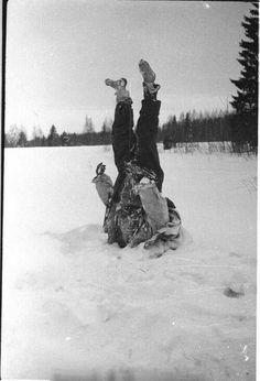 Corpo de um soldado alemão congelado colocado de cabeça para baixo pelos soviéticos com objetivo de baixar o moral dos outros soldados alemães, durante a Segunda Guerra Mundial, em 1942.
