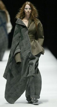 I think it's the palette, in part, that I'm responding to here - the olive and heathery grey, also like the cut of the trousers paired with the larger overcoat - Yohji Yamamoto autumn/winter 2006 Quirky Fashion, Fashion Art, Runway Fashion, Fashion Show, Womens Fashion, Yoji Yamamoto, Deconstruction Fashion, Japanese Fashion Designers, Lesage