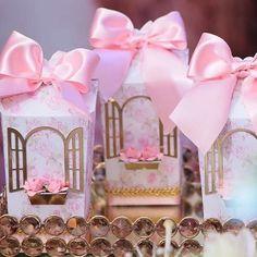 #Repost @iasmineingridfestas with @repostapp ・・・ Cada detalhe que fazia toda a diferença na nossa festa !! Vocês arrasam meninas @atelierartemao #personalizado #janela #flores #jardimencantado #1aninho #luizaebeatriz #laços #idéias #iasmineingridfestas #iasmineingridarquiteturadefestas #jardimartemao
