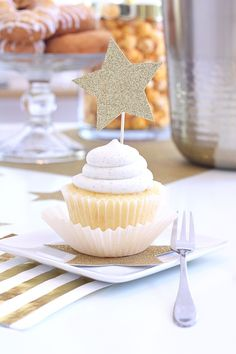Star-struck Vanilla Bean Cupcakes! You'll be over the moon for this darling gold and white party with sweet beverage cart ideas available at @bedbathbeyond | @kimbyers TheCelebrationShoppe.com #ad