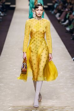Fendi Fall 2019 Ready-to-Wear Fashion Show - Vogue Fendi, Gucci, Karl Lagerfeld, Runway Fashion, Spring Fashion, Fashion Trends, Milan Fashion, Fashion Ideas, Daily Fashion