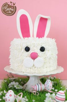 To the rescue of your extra chocolate Easter: cake Kit Kat easy! - Five Forks Bunny Birthday Cake, Easter Bunny Cake, Bunny Party, First Birthday Cakes, Easter Party, Easter Food, Easter Cake Images, Desserts Ostern, Decoration Patisserie