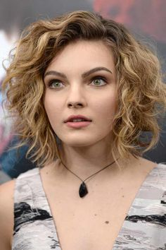 Camren Bicondova and Michelle Pfeiffer. Both played Selina Kyle, both beautiful women. Camren Bicondova, Selina Kyle Gotham, Pretty People, Beautiful People, Beautiful Women, Girl Short Hair, Girl Hairstyles, Actors & Actresses, Curly Hair Styles