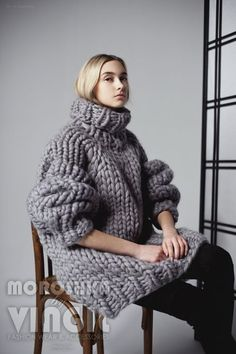 Your friend sweater. Turtleneck sweater for a couple. Extreme giant knitwear for families - Out Trend Clothes Knit Sweater Dress, Mohair Sweater, Giant Knitting, Outfits Otoño, Big Knits, Boyfriend Sweater, Thick Sweaters, Zou, Knitwear