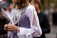 Las perlas se han considerado durante mucho tiempo como una piedra para las mujeres maduras. Por lo tanto, hay mujeres que les da miedo usar las joyas con perlas. Y decimos: ¡en vano! Solo mira las ideas modernas. ¡Estas joyas no añaden años adicionales y se ven muy elegantes Moda Paris, Fall Accessories, Fashion Accessories, Amber Jewelry, French Chic, Ideias Fashion, Womens Fashion, Fashion Trends, Fashion Ideas