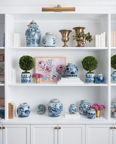 Have you visited the shop lately? It's filled with a curated collection of art, accents, baskets, books, trays and so much… Blue And Pink Living Room, New Living Room, Formal Living Rooms, Living Room Decor, Bedroom Decor, Styling Bookshelves, Bookcases, Ideas Para Organizar, Keramik Vase